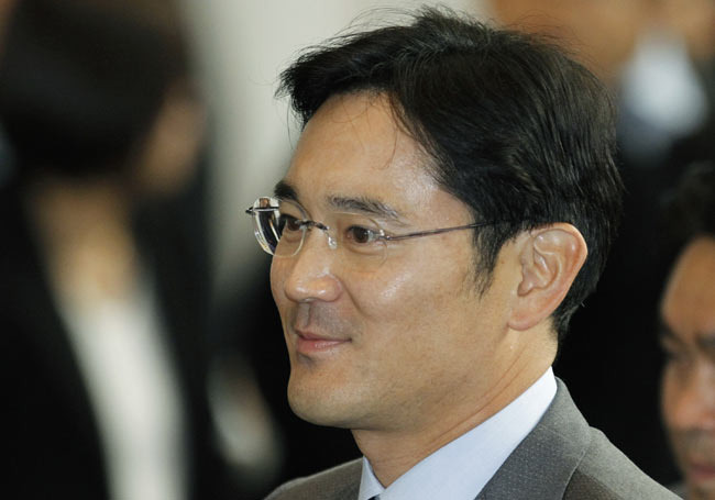 photo image Samsung chief Jay Y. Lee arrested for part in South Korean corruption scandal