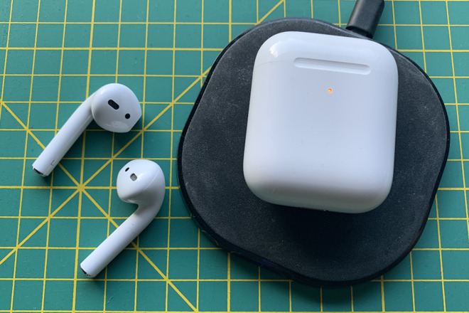 Apple AirPods 2 with wireless charging case