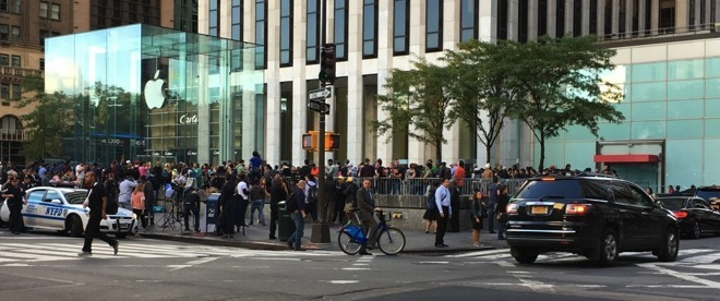 Lines for the iPhone 7 in September 2016