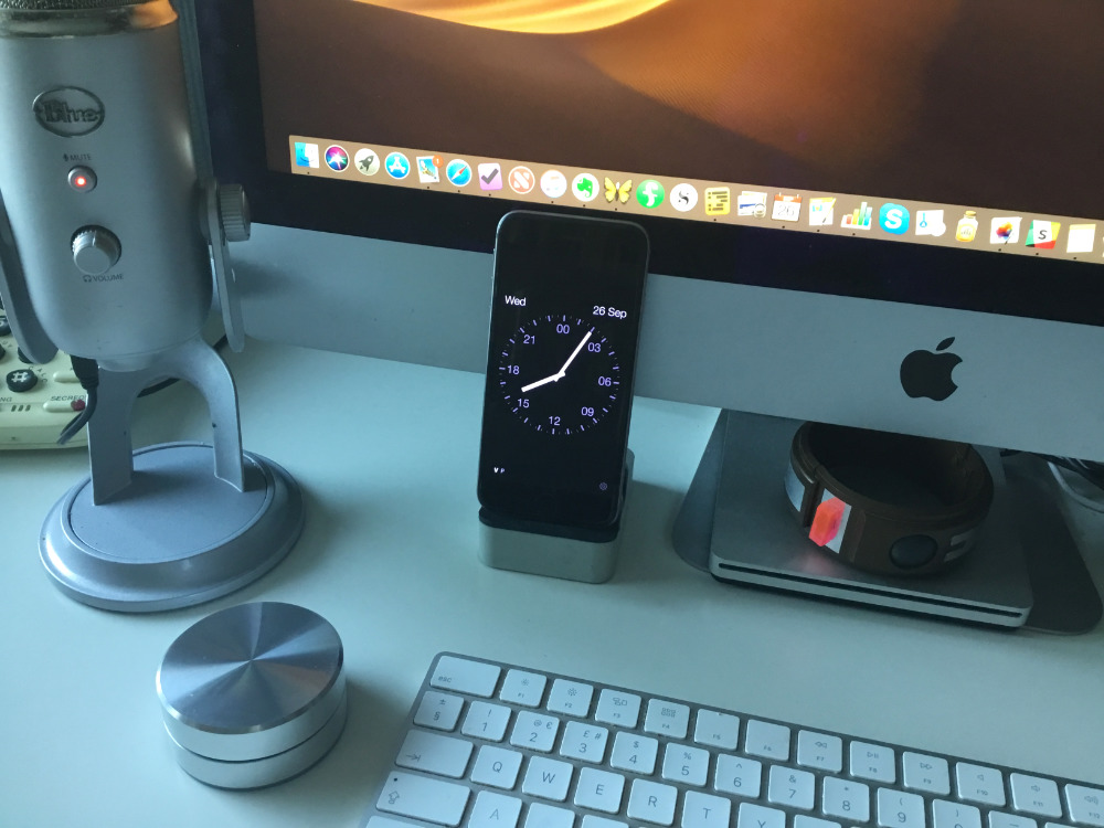 The app Disappearing Bedtime Clock being used as a desk clock on iPhone