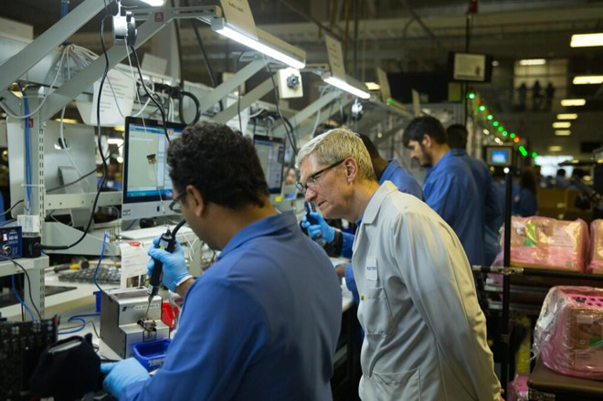 Apple CEO Tim Cook visits the Austin, Texas production facility in 2014