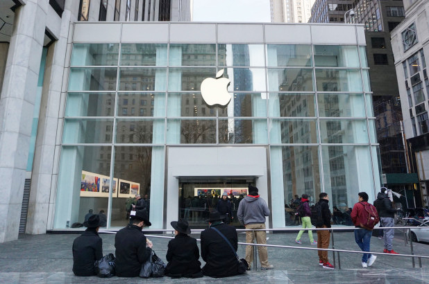 Apple S Temporary Fifth Avenue Store Coping With Bed Bug
