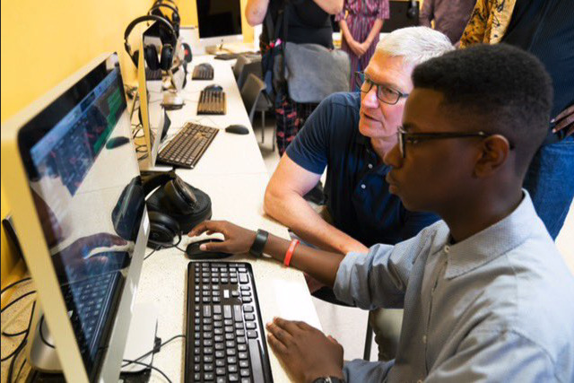 Tim Cook and an Ellis Marsalis Center student (Photo: Apple)