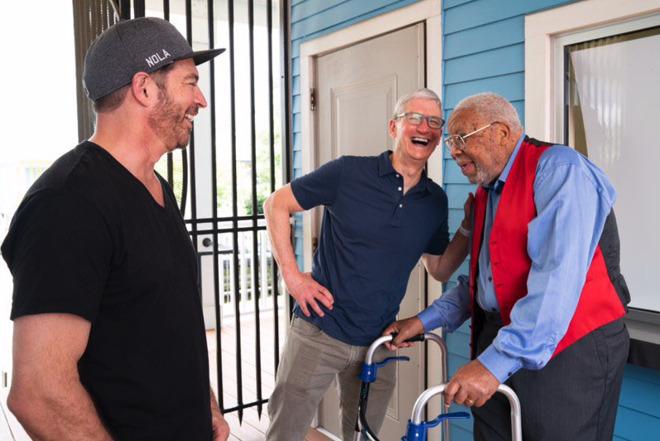 L-R: Harry Connick, Jr, Tim Cook, Ellis Marsais, Jr in New Orleans (Photo: Apple)