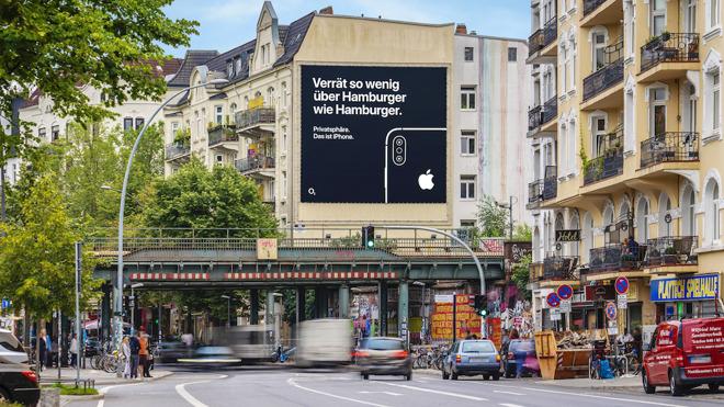 The second Hamburg 'Privacy. That's iPhone' billboard. (via Macerkopf)
