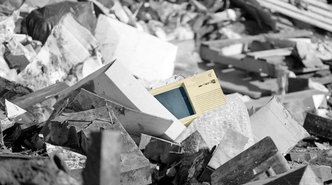 Apple Lisa in a landfil. (Photo source: Herald Journal. Lisa colorised by Amber Neely.)