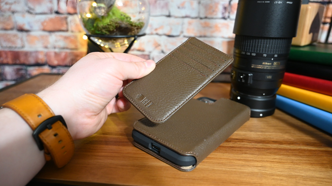 Magnetic wallet of the Hex case can clip to the folio or the shell