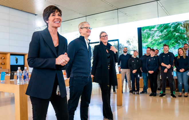 Deirdre O'Brien (left) with Tim Cook at an Apple Store