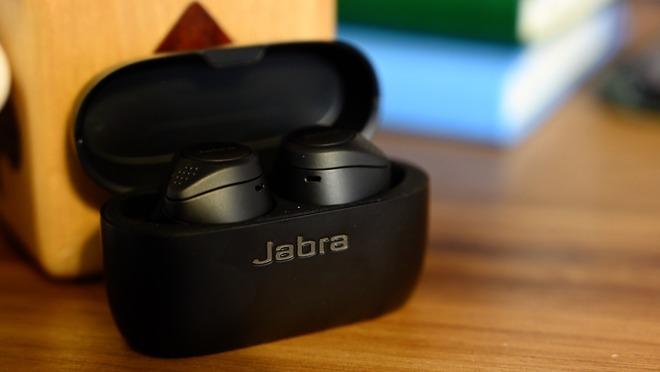 Jabra Elite 75t earbuds in their case