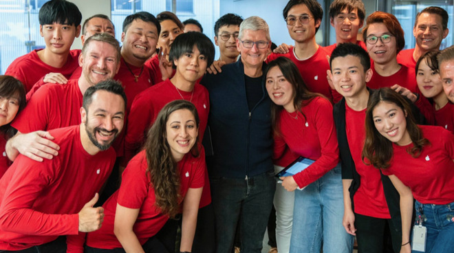 Tim Cook visiting Tokyo's Apple Ginza,the first Apple Store opened outside the US (Source: Twitter)