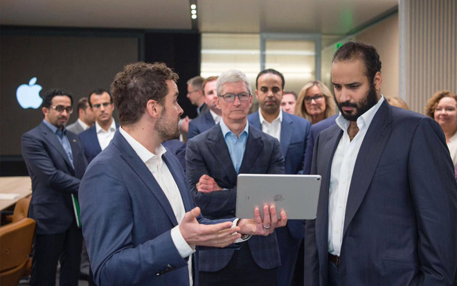 Apple CEO Tim Cook meeting with Saudi Crown Prince Mohammed bin Salman, on the right.