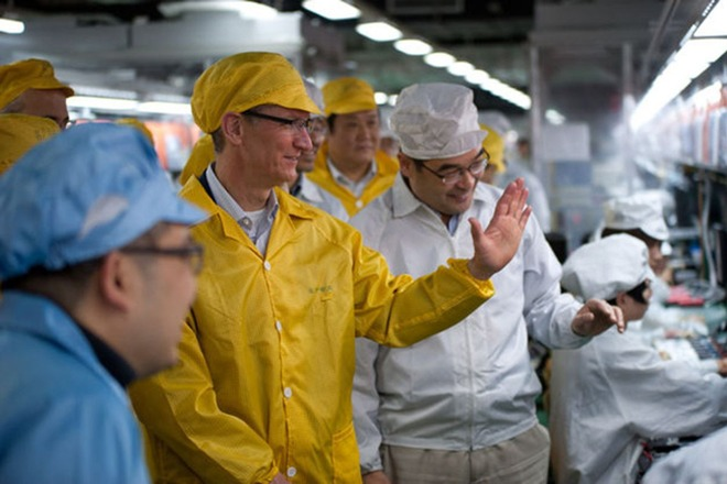 Tim Cook visiting Foxconn assembly plants in 2017