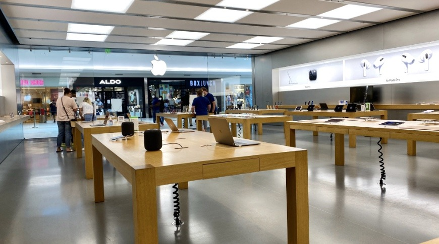 Apple Stores very rarely see so few customers inside