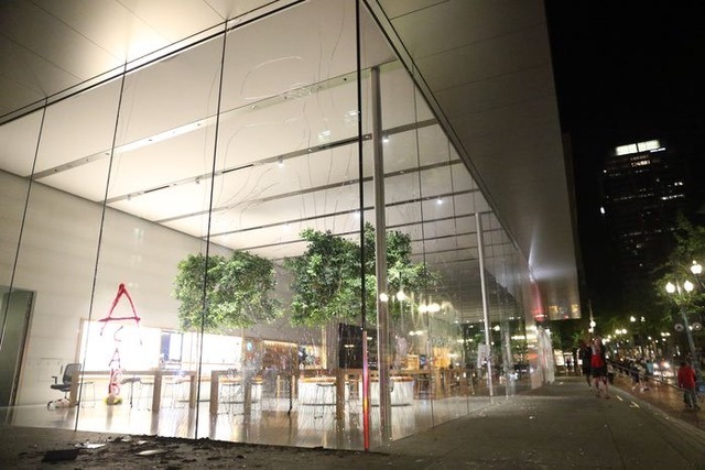 Portland, Oregon Apple Store smashed by protestors (via Nate)
