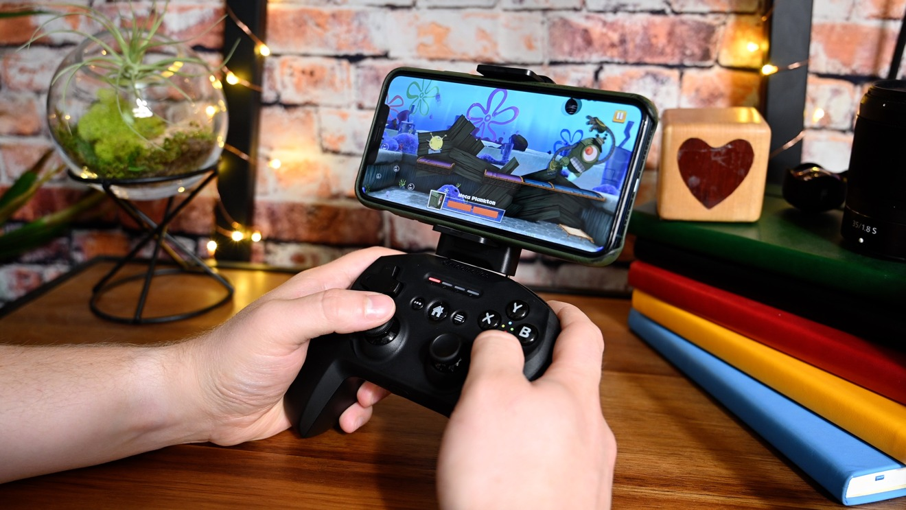 Playing the Spongebob Squarepants platformer from Apple Arcade with SteelSeries Nimbus and the iPhone mount