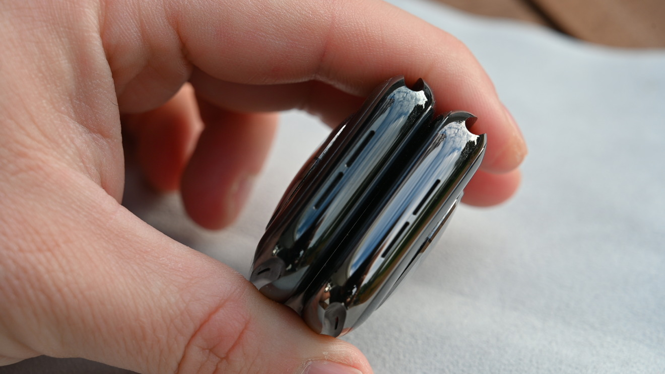 If you put things together, you can tell that the Graphite Apple Watch is lighter than the Space Black