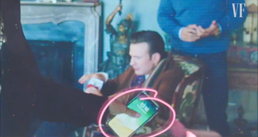 Кадр из видео Риана Джонсона Vanity Fair, где он указывает, какие