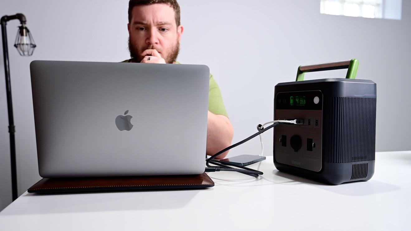 Zendure SuperBase 500 working on our MacBook Pro