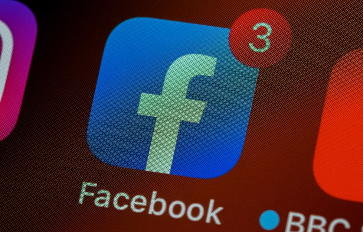 Facebook inexplicably logs out iPhone users