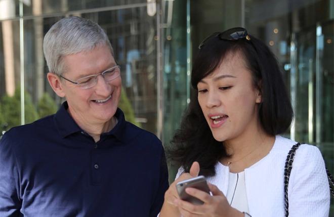 Apple CEO Tim Cook and Didi Chuxing president Jean Liu