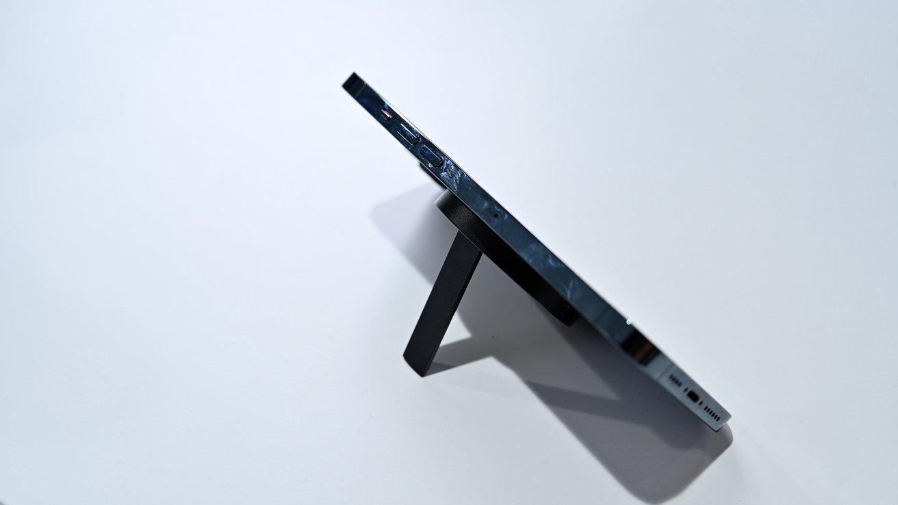 Подоприте свой телефон с помощью зарядного устройства ESR HaloLock Kickstand.