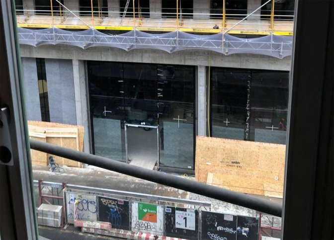 Is that where the Apple logo will go? This whole frontage has since been covered up in very Apple-style privacy screens. (Source: iFun.de)