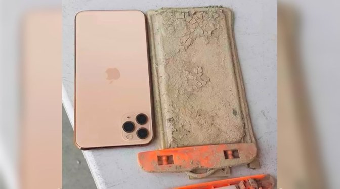 The recovered iPhone 11 Pro Max and the waterproof case [via Taiwan News/Facebook]