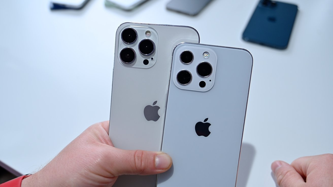 iPhone 13 Pro Max (left) and iPhone 13 Pro (right)