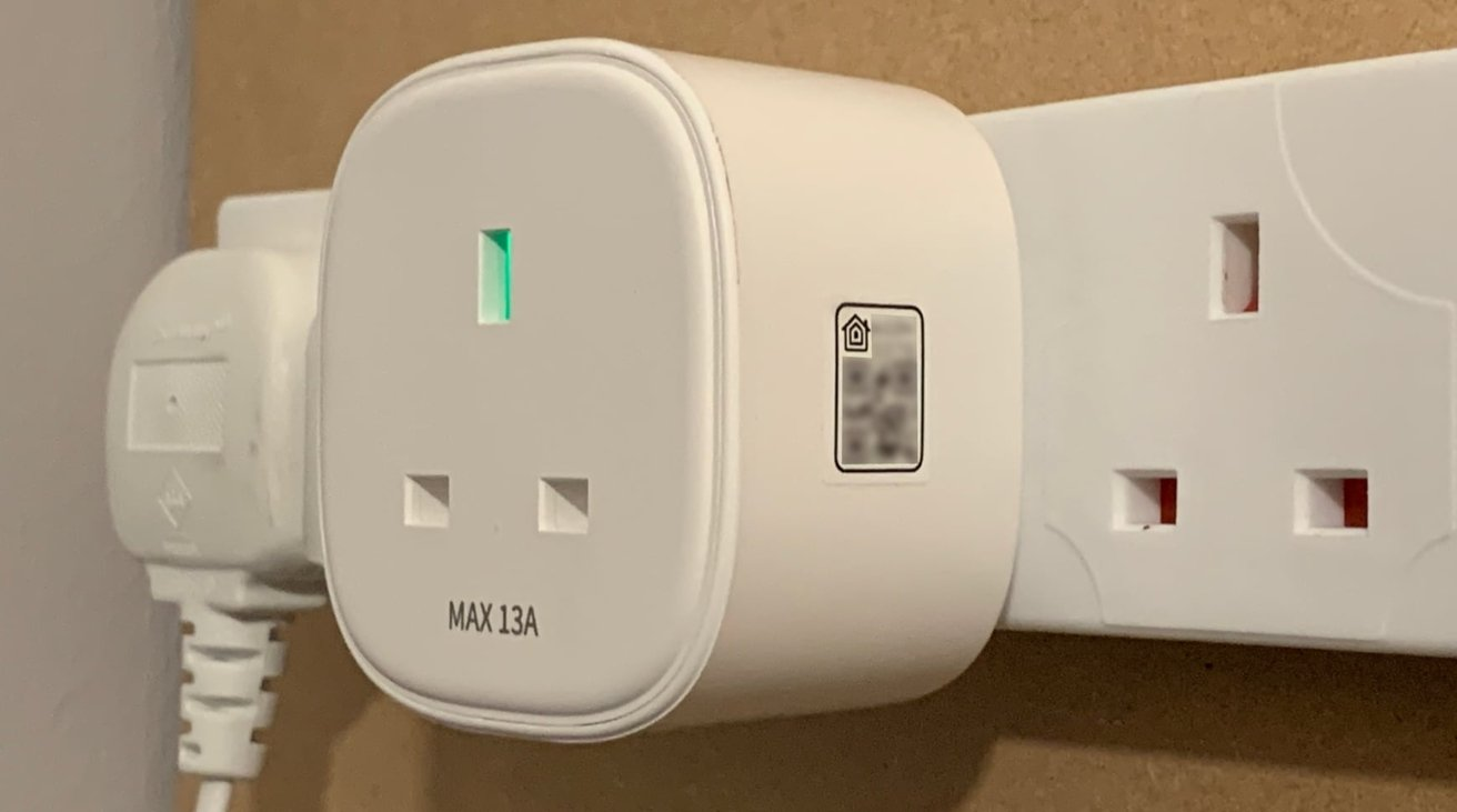 The HomeKit sticker on the side of the smart plug is removable.