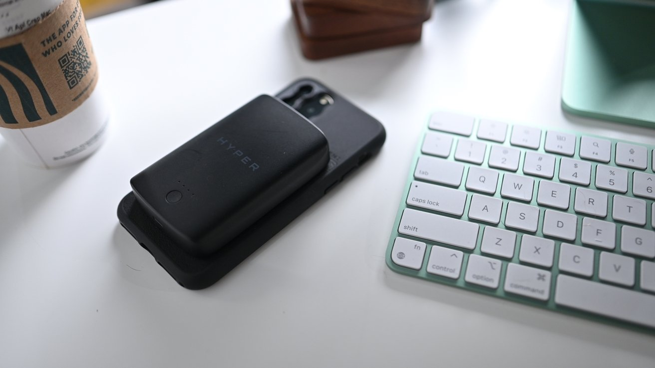 Hyper MagSafe battery with iPhone 11 and Moment case