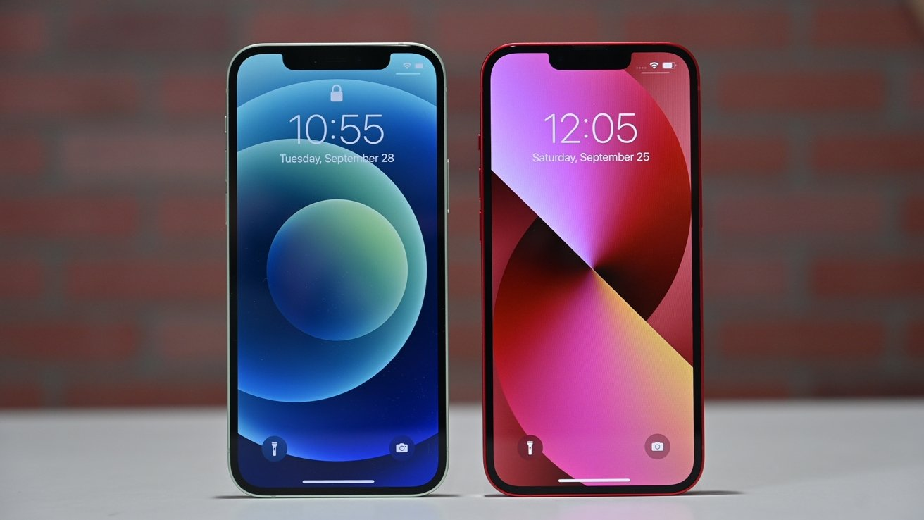 iPhone 12 (left) and iPhone 13 (right)